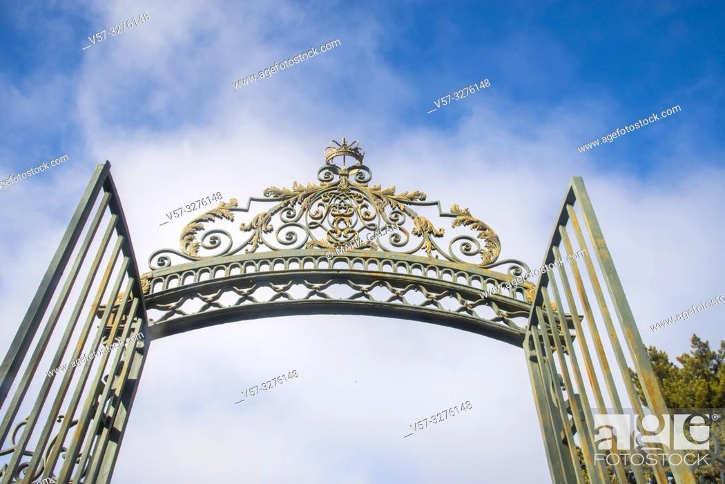 Imagen: Open iron gate. San Ildefonso, Segovia province, Castilla Leon, Spain.