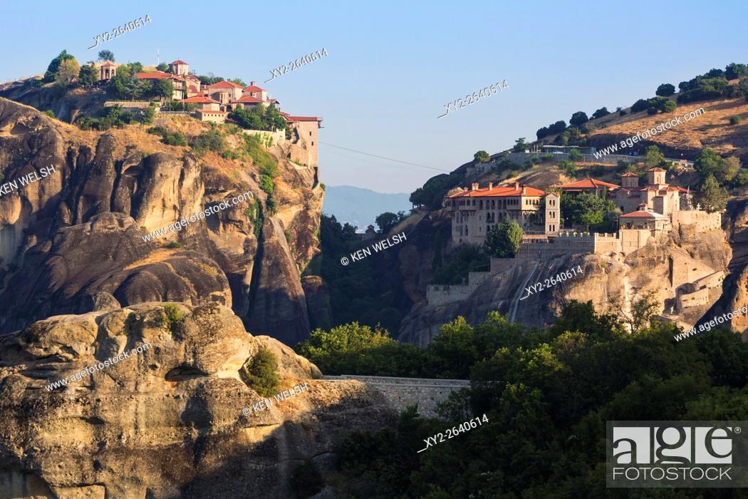 Imagen: Meteora, Thessaly, Greece. Varlaam monastery (left) and The Great Meteora monastery (right). Meteroa is a UNESCO World Heritage Site.