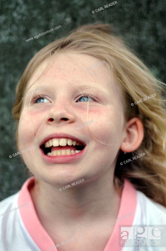 Imagen: A little girl looks up with amusement.