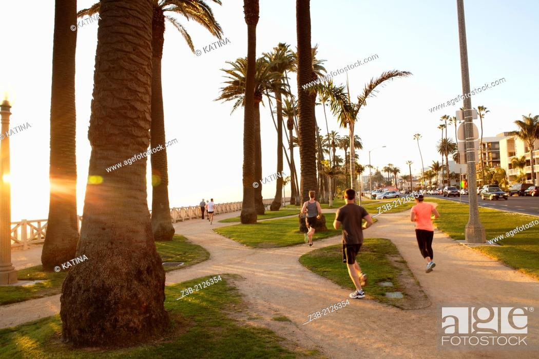 Imagen: Joggers run through Palisades Park in the late afternoon sun, Santa Monica, City of Los Angeles, California, USA.