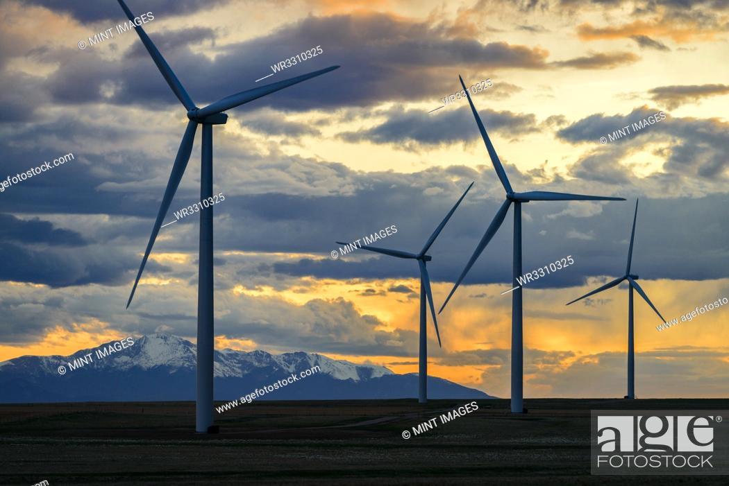 Imagen: Wind turbines at sunset.
