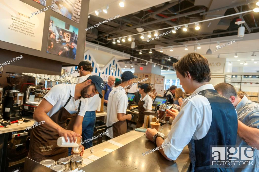 Imagen: Lavazza coffee bar at the grand opening of Eataly Downtown in Lower Manhattan in New York. Located in 4 World Trade Center the emporium of all foods Italian is.