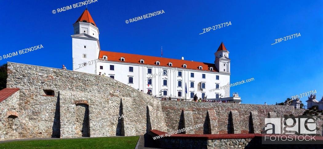 Imagen: Bratislava Castle, situated on a plateau 85 metres (279 ft) above the Danube river, Slovakia, Europe.