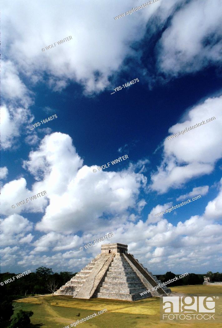 Stock Photo: Castillo Pyramide in Chichén Itza.