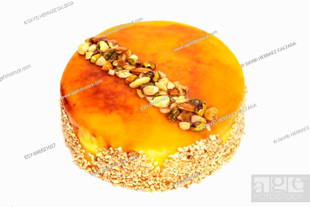 Imagen: Delicious cake with nuts isolated on white background .