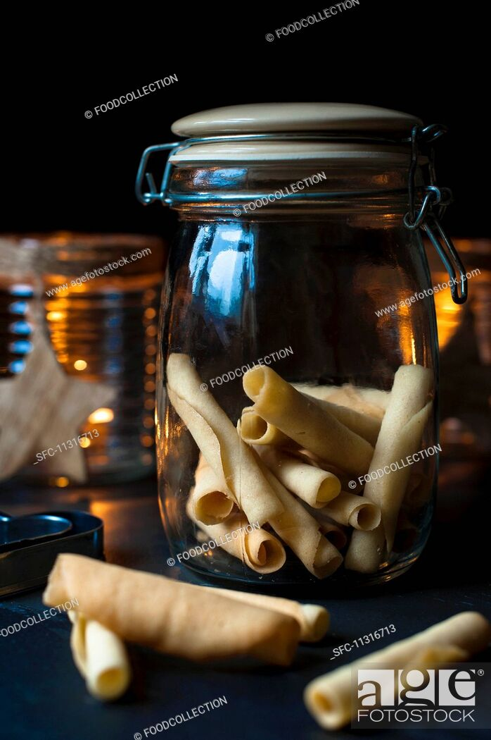 Imagen: A jar of homemade tuille biscuits for Christmas.
