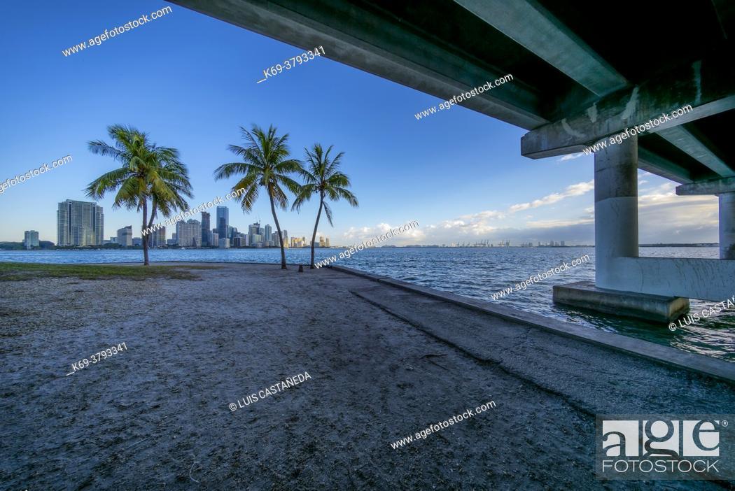 Imagen: Rickenbacker Causeway Bridge and Biscayne Bay. Miami. Florida. USA.