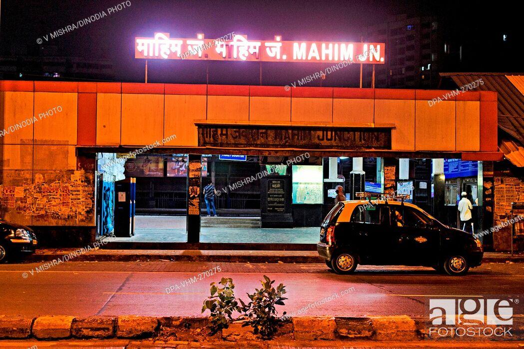 Imagen: Mahim Junction Railway Station road entrance, Mumbai, Maharashtra, India, Asia.