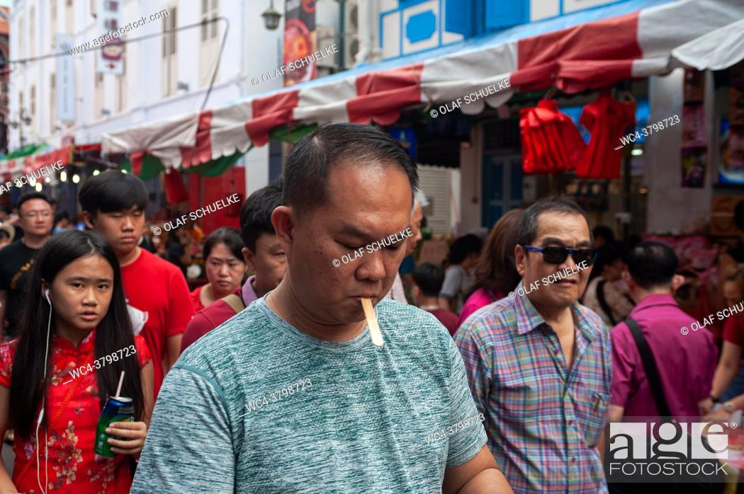 Imagen: . Singapore, Republic of Singapore, Asia - Crowds of people at a busy street bazaar in Chinatown that takes place every year around the time of Chinese New Year.
