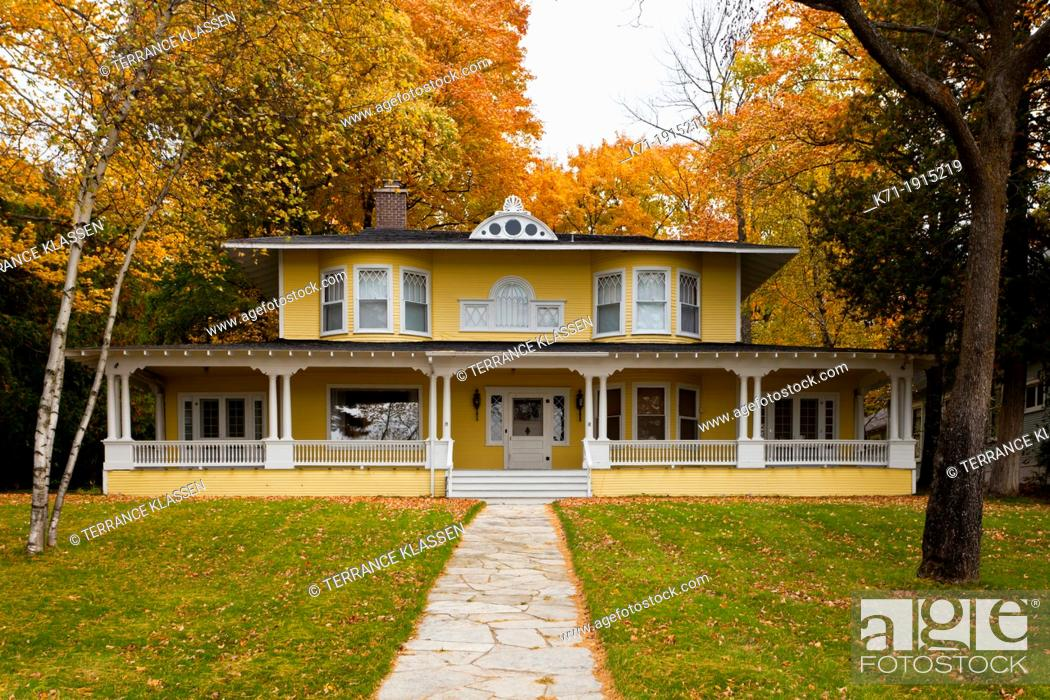 Imagen: A large home of Colonial architecture in Harbor Springs, Michigan, USA.