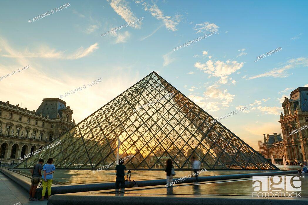 Imagen: Tourists visiting the famous Louvre Pyramid. Paris. France.