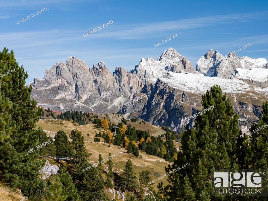 Imagen: Geisler mountain range - Odle in the Dolomites of the Groeden Valley - Val Gardena in South Tyrol - Alto Adige. The Dolomites are listed as UNESCO World.
