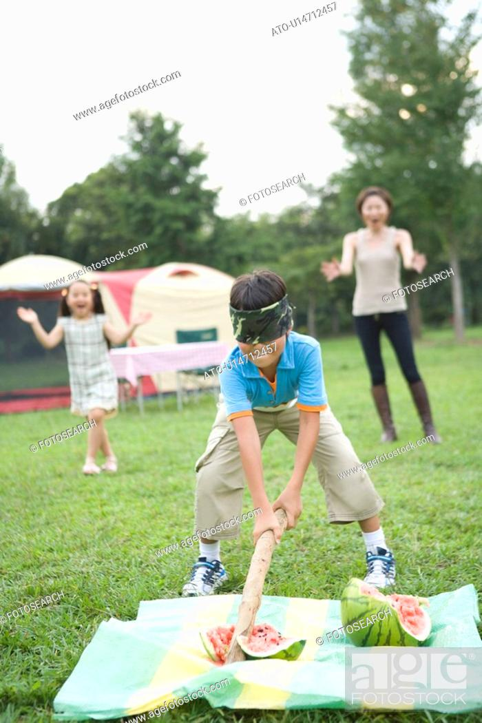 Imagen: Boy Splitting Watermelon with Blindfold.