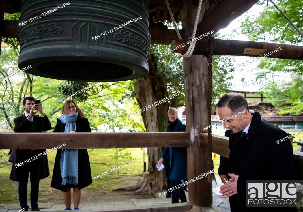Stock Photo: 22 November 2019, Japan, Kyoto: Heiko Maas (SPD), Foreign Minister, visits the Shoren-in Temple during a walk through the old town of Kyoto and bends before a.