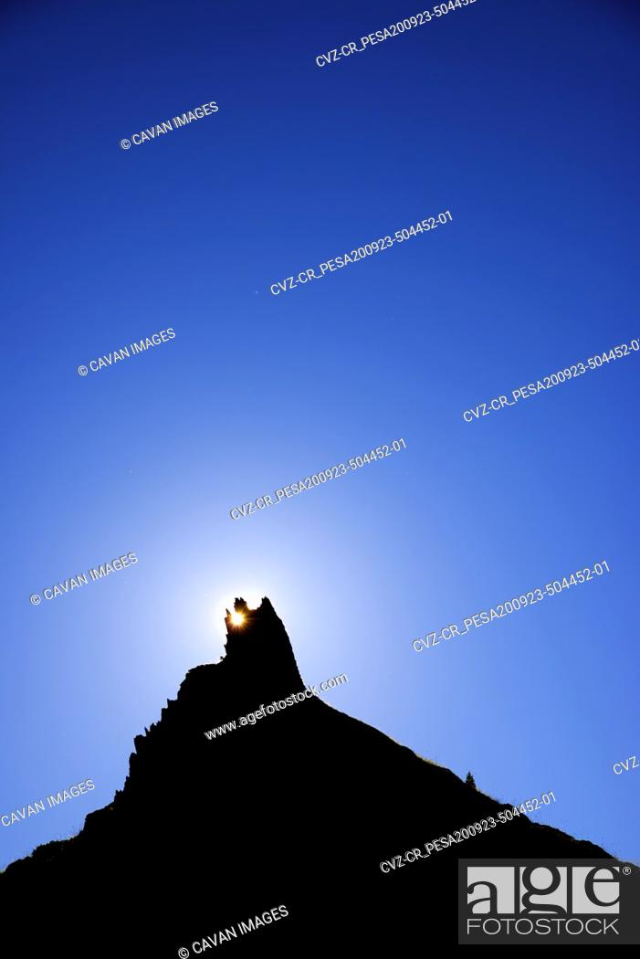 Photo de stock: Sunstar at a pinnacle in Tena Valley, Huesca province in Aragon, Pyrenees in Spain.
