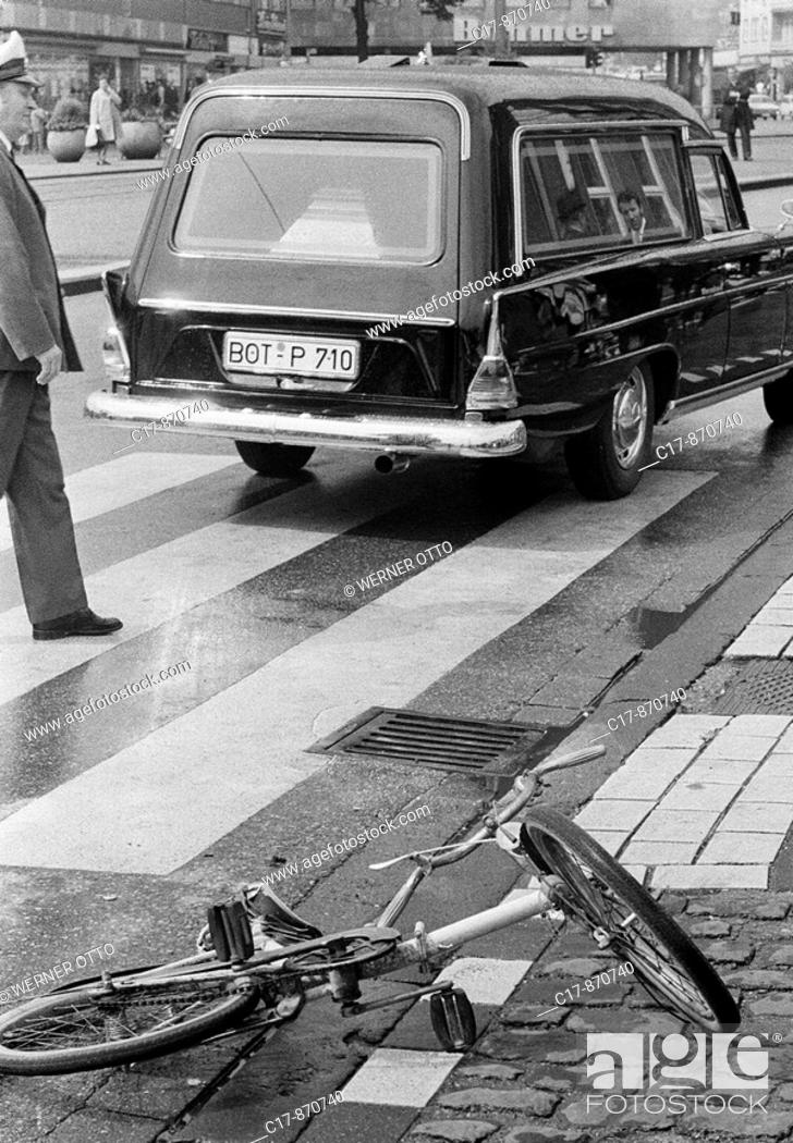 Imagen: Seventies, black and white photo, traffic, deadly road accident, child had been killed, childs bicycle lies near a cebra crossing, policeman, hearse, D-Bottrop.