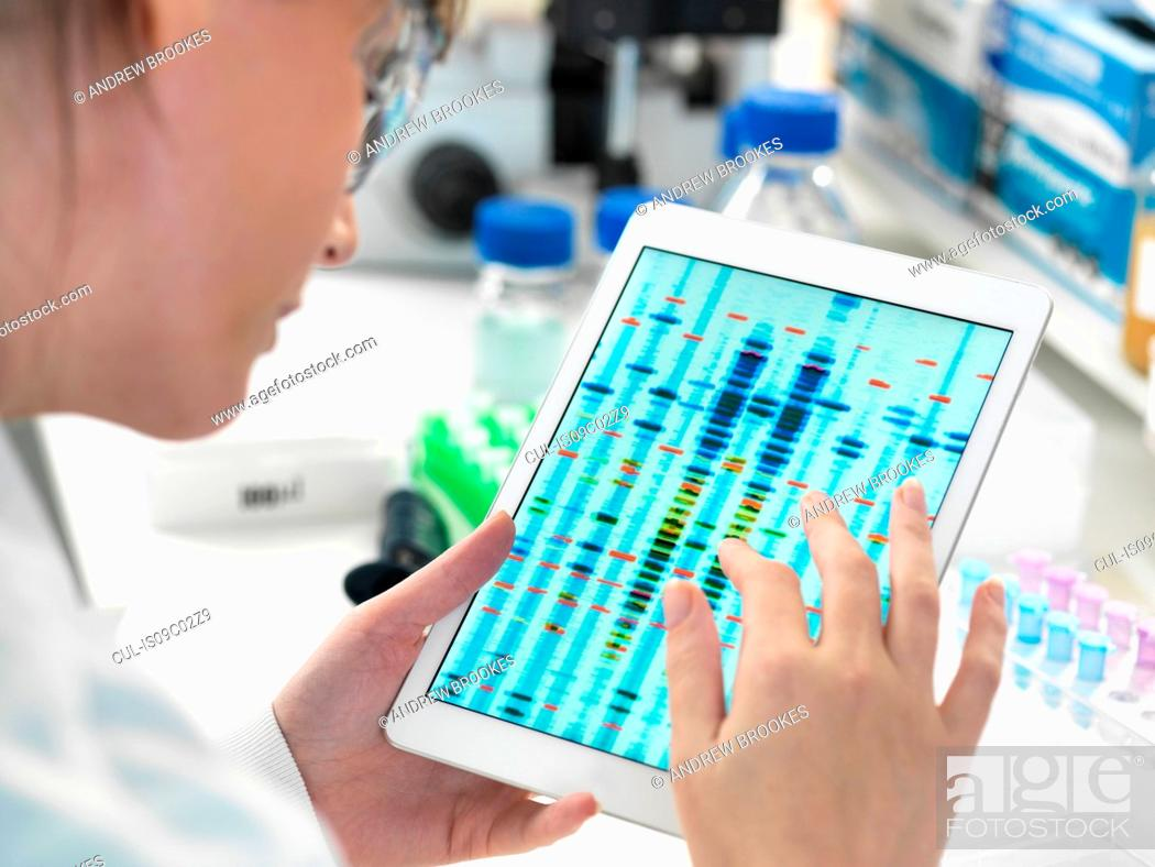 Imagen: Female scientist examining DNA sequence results on digital tablet in laboratory.