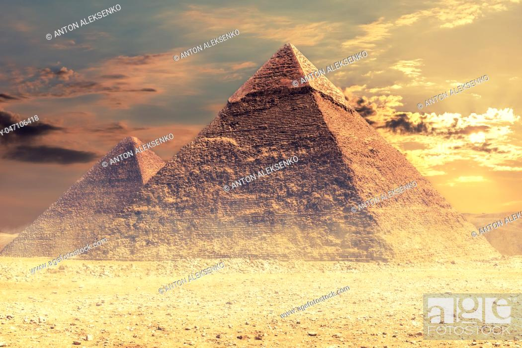 Imagen: The Pyramid of Khafre and the Pyramid of Cheops, Giza desert, Egypt.