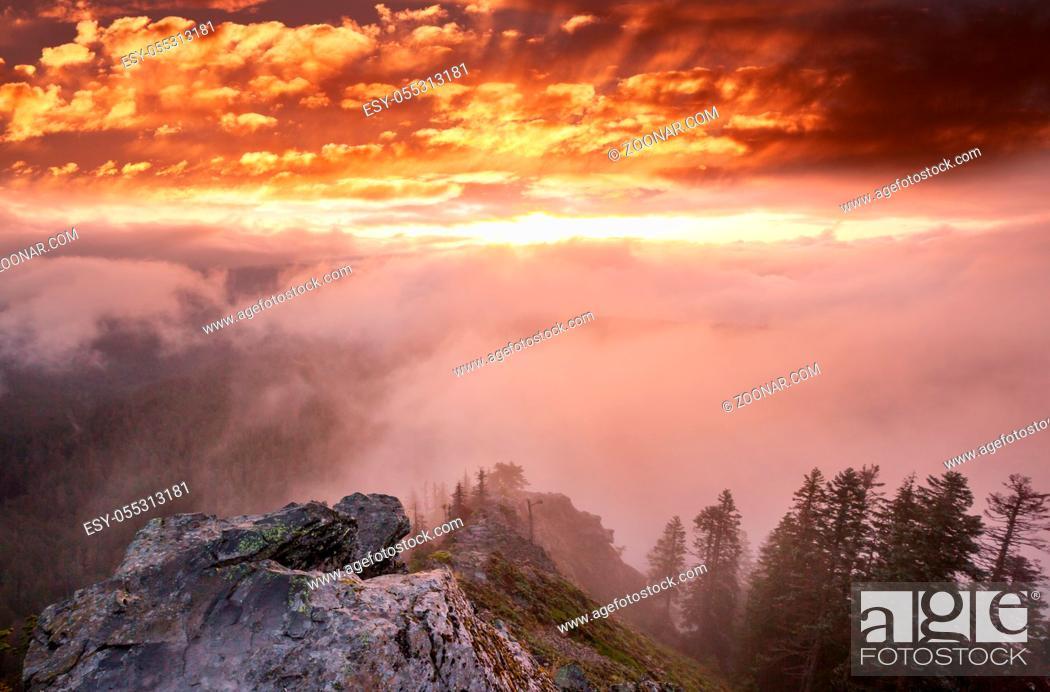 Photo de stock: Scenic Sunset in the mountains. Autumn season.