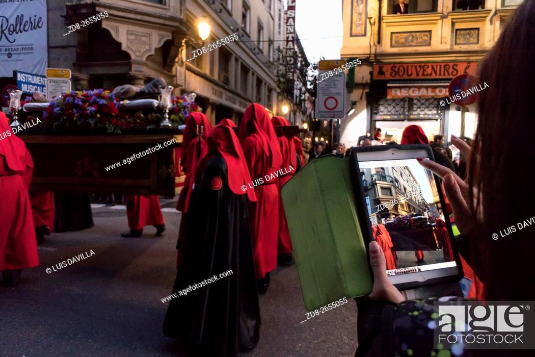 Imagen: Lying Christ in The Virgin of Solitude procession, Madrid holy week of 2016.