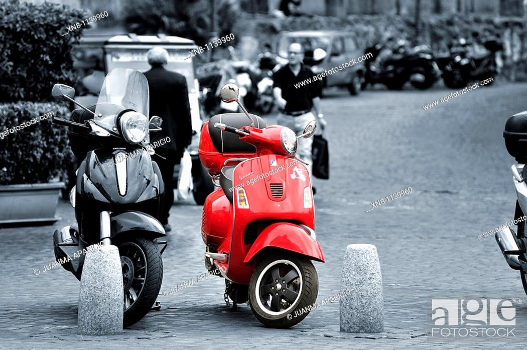 Imagen: Image in B&N with two bikes a red Vespa.