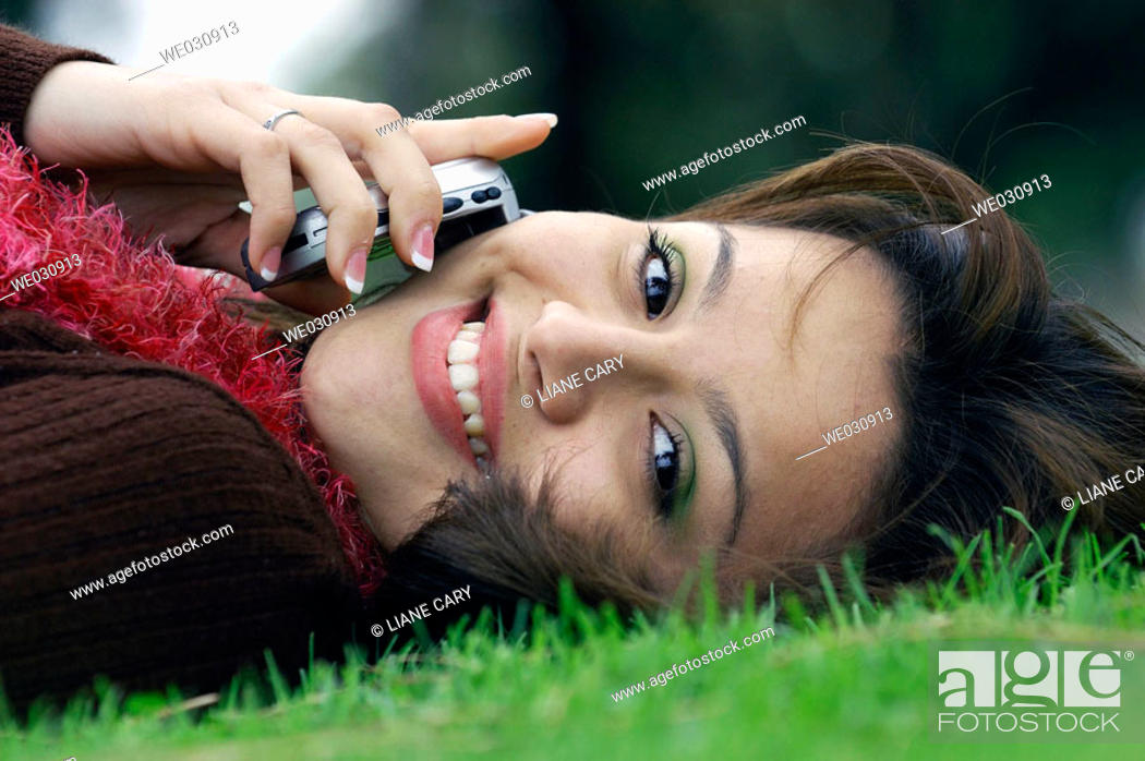 Imagen: Hispanic girl with phone.