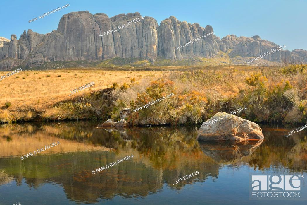 Imagen: Madagascar, Andringitra National Park, Mountaineous landscape on sunny day.