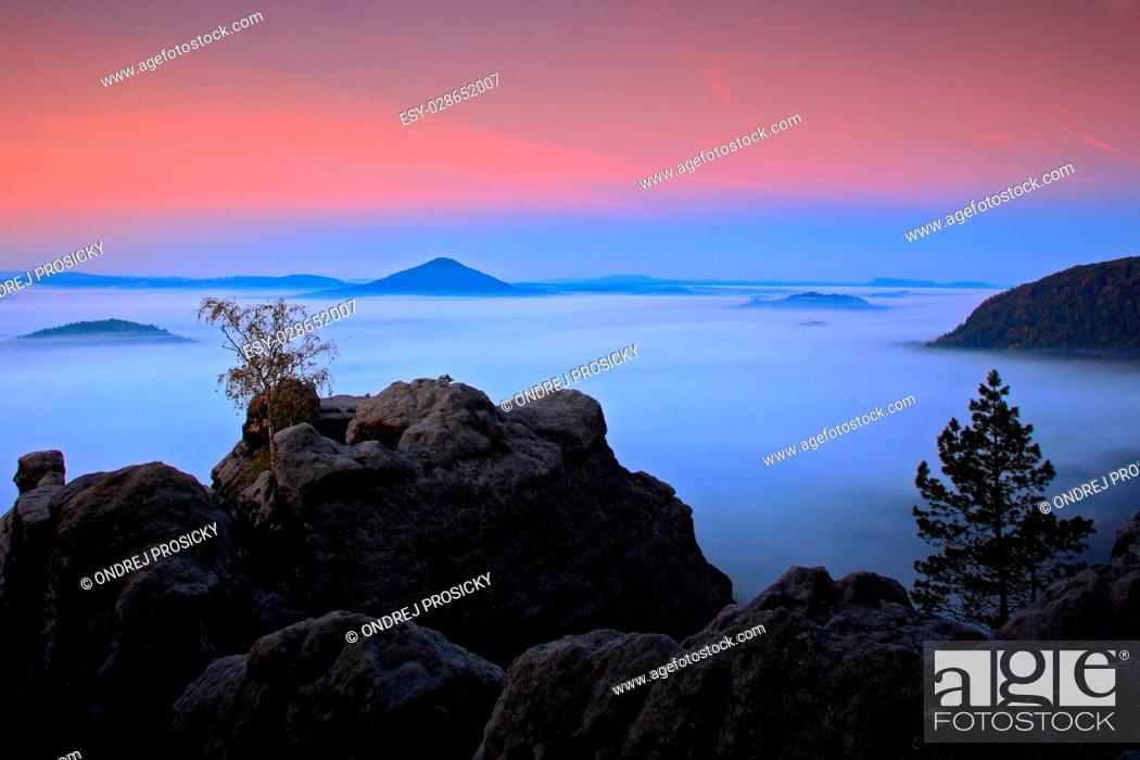 Imagen: Before Sunrise in a beautiful mountain landscape of Czech-Saxony.