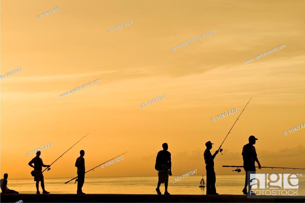 Imagen: cuba, havana, sunset on the malecon, fishermen.