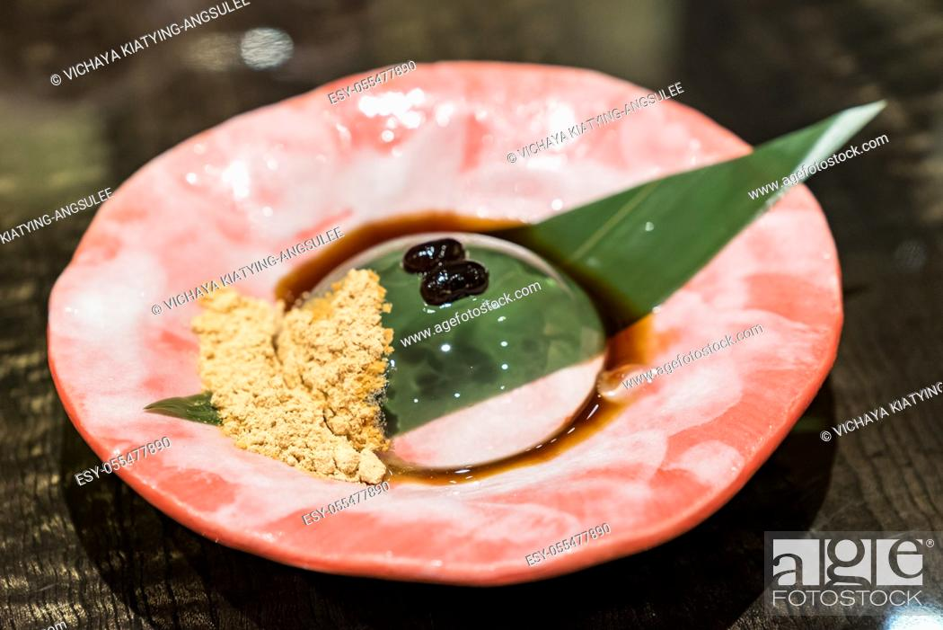 Imagen: Raindrop mochi served with sweey black bean and soybean powder.