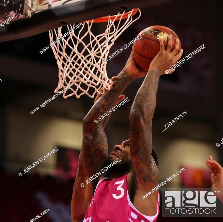 Imagen: Bonn, Germany, 27. 12. 2020, Telekom Dome, Basketball Bundesliga, Telekom Baskets Bonn vs BG Goettingen: James Thompson IV (Bonn) controls the ball.