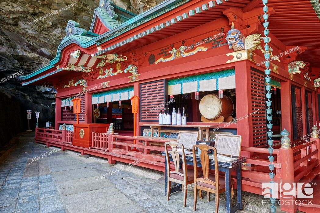 Imagen: The main Shrine set in the cave of Udo-Jingu shinto temple. Nichinan City. Miyazaki Prefecture. Japan.