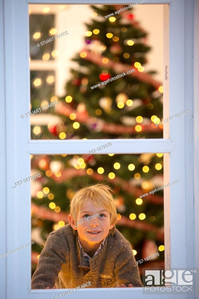 Imagen: Young boy waiting for santa claus.