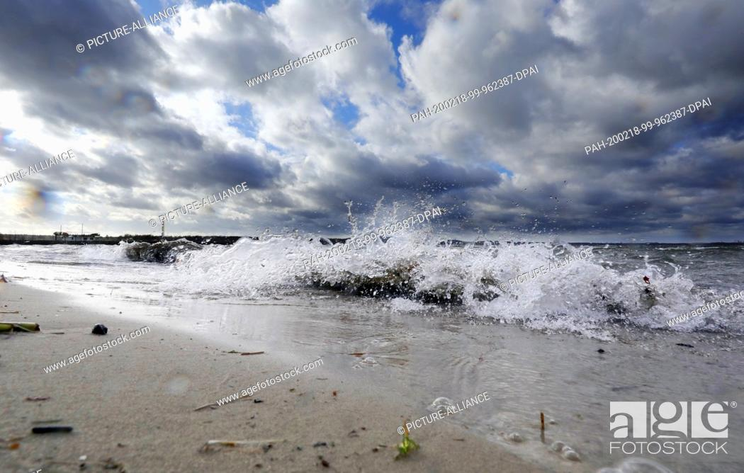 Stock Photo: 18 February 2020, Berlin: Gusts of wind from the west with up to 59 km/h and temperatures around seven degrees Celsius cause a turbulent water surface on.