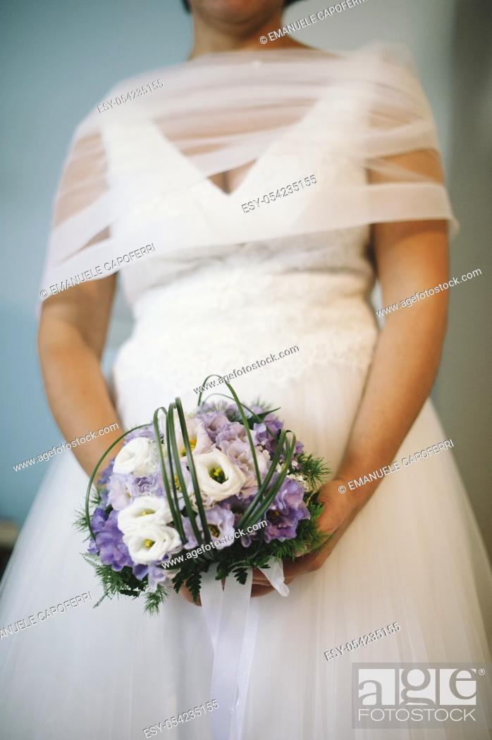 Imagen: Bride with bouquet in hands.