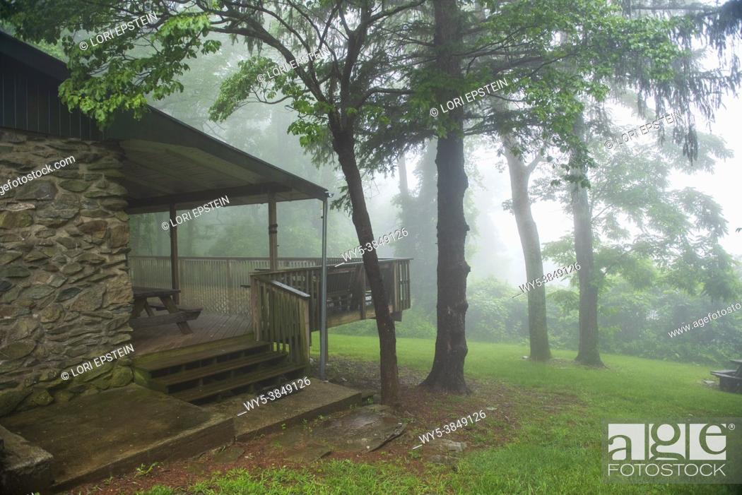 Imagen: A wet, misty, foggy morning at a rustic cabin near Shenandoah National Park.