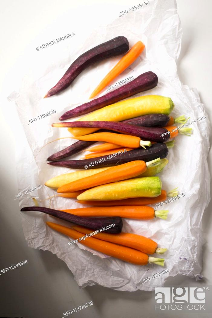Photo de stock: Cleaned carrots and purple carrots.