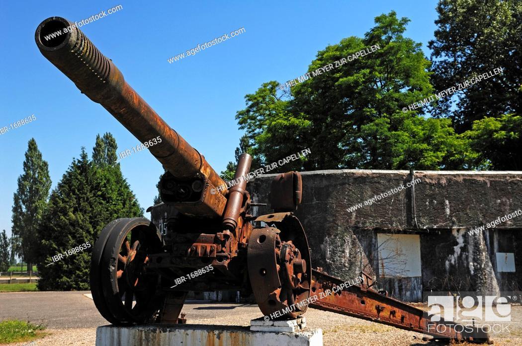 Stock Photo: Russian 152 mm gun from 1939 from the Second World War with a bunker in the back, Musée Mémorial Maginot museum, 20 Rue Rhin, Marckolsheim, Alsace, France.