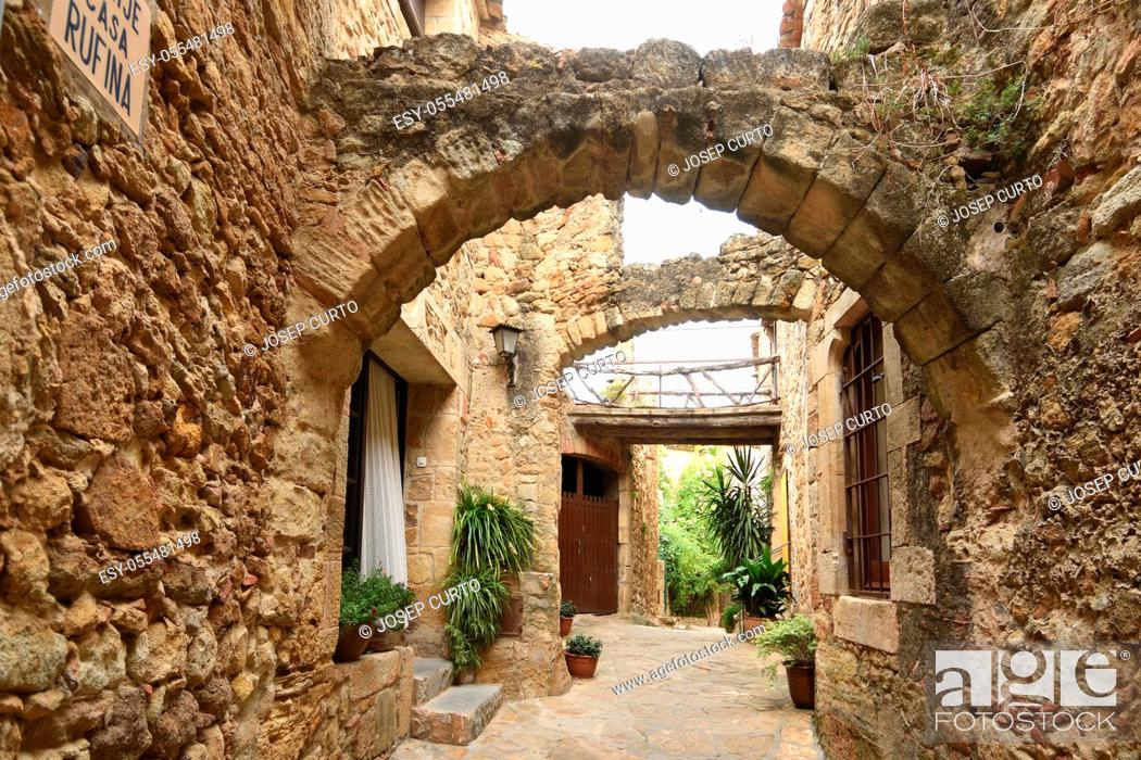 Photo de stock: arch of the old town of medieval village of Pals, Girona province, Catalonia, Spain.