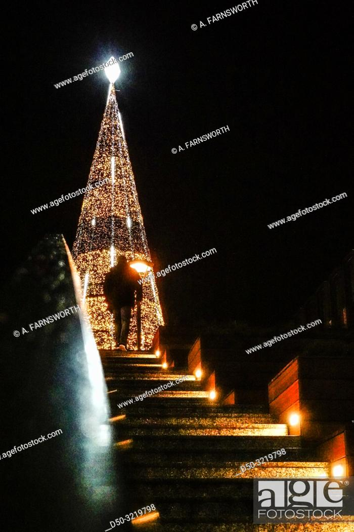 Imagen: Gdansk, Poland A man walks up the steps to giant illuminated Christmas tree in the Old Town.
