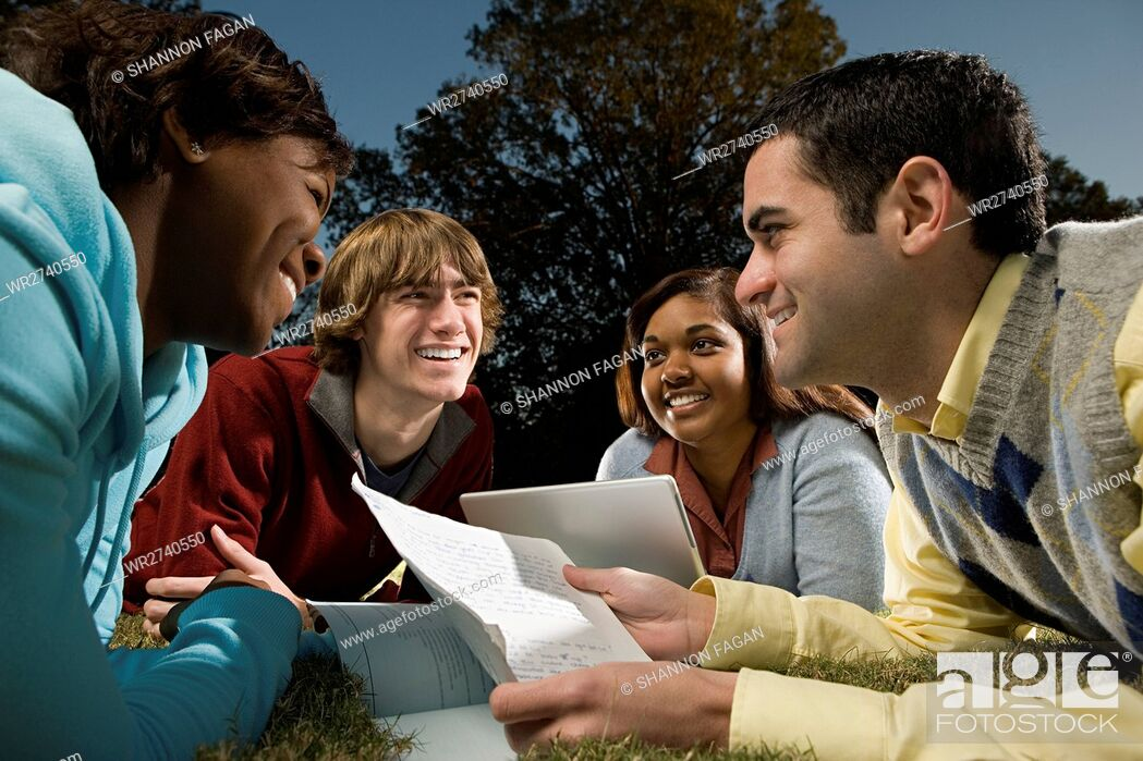 Imagen: Four students studying outdoors.