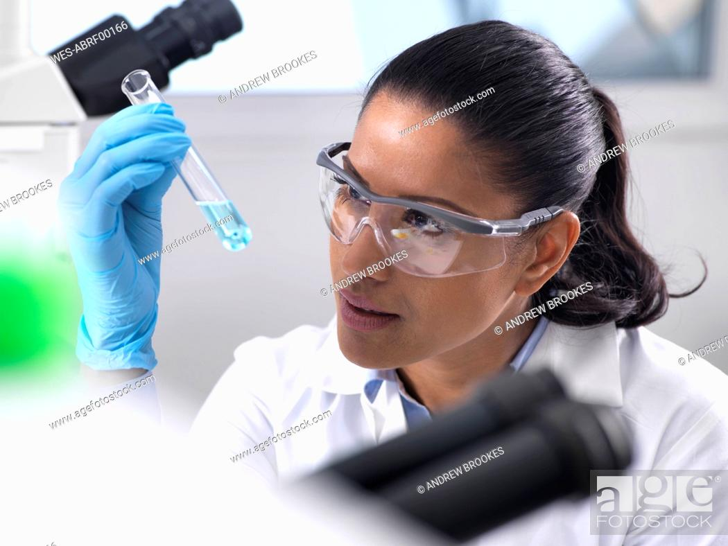 Imagen: Biotechnology Research, female scientist mixing a chemical formula.
