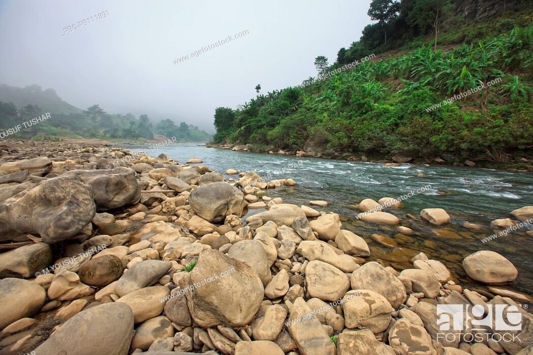 Imagen: Water flowing over rocks in the Sangu River at Tindu Bandarban, Bangladesh November 2010.