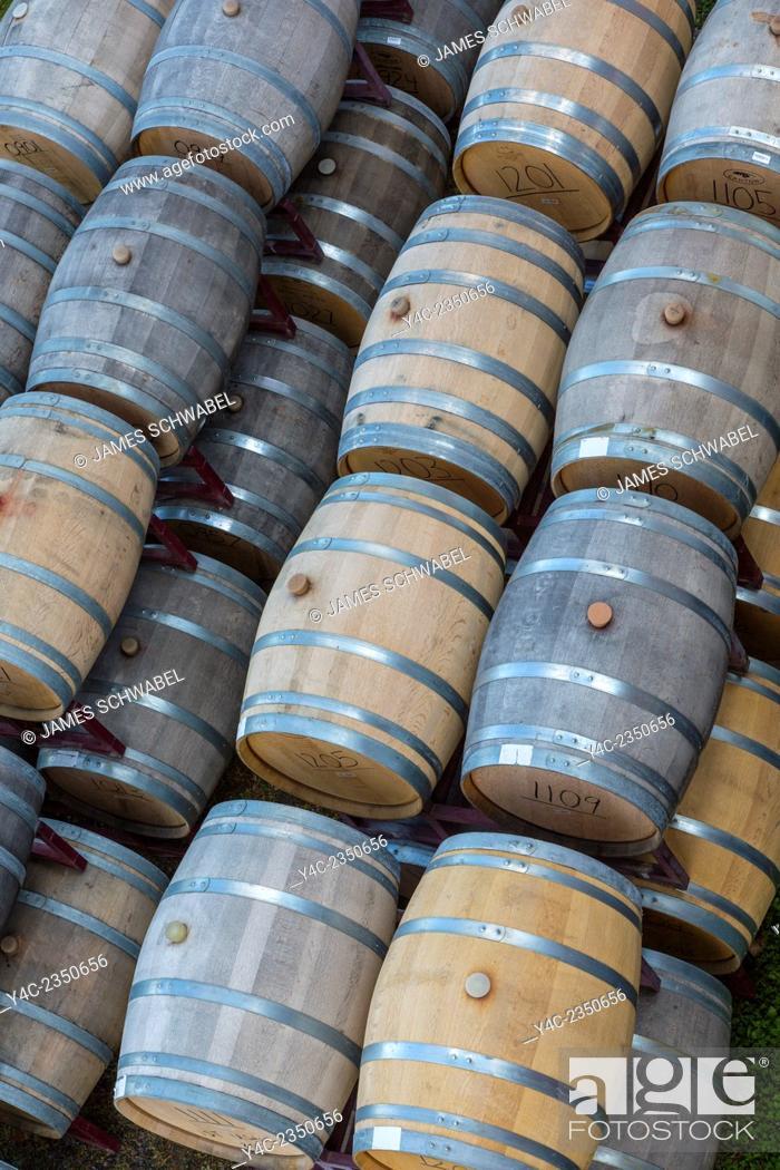 Imagen: Wood Wine barrels in the Finger Lakes Region of New York State.