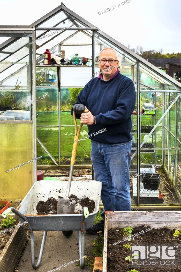 Imagen: Image of JAY DEANS working on plot 37, Eglinton Growers, Kilwinning, Ayrshire, Eglinton Growers Allotments, Kilwinning, Ayrshire, Scotland, UK.