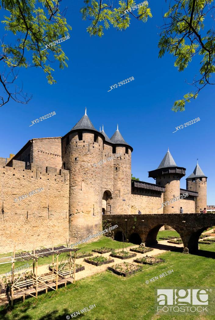 Photo de stock: Carcassonne, Languedoc-Roussillon, France. Le Chateau; a fortress within the walls of the fortified city. The Cite de Carcassonne is a UNESCO World Heritage.
