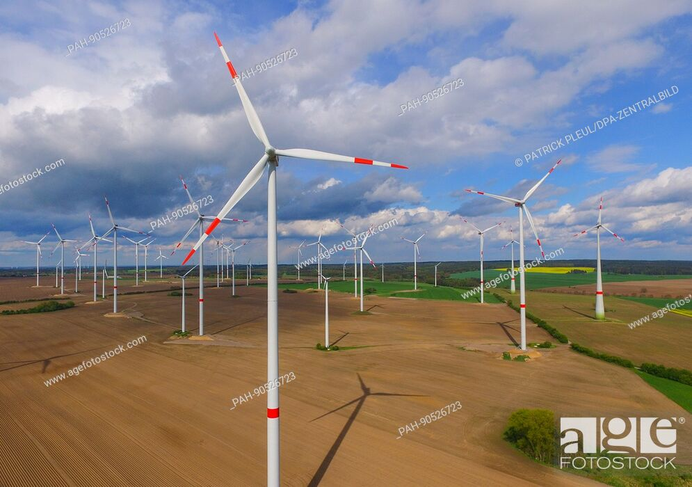 Imagen: Clouds hang in the sky over a wind farm in Jacobsdorf in the state of Brandenburg, Germany, 9 May 2017. Photo: Patrick Pleul/dpa-Zentralbild/ZB | usage.