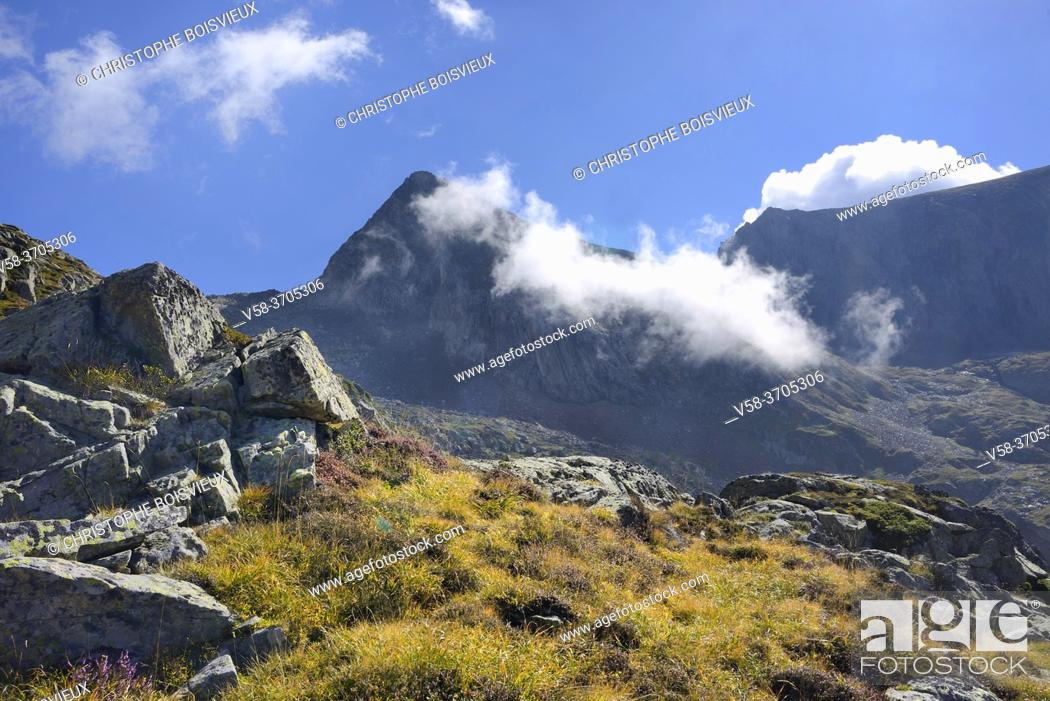 Imagen: France, Ariege, Couserans region, Pyramide shaped Mont Valier (2838 m).