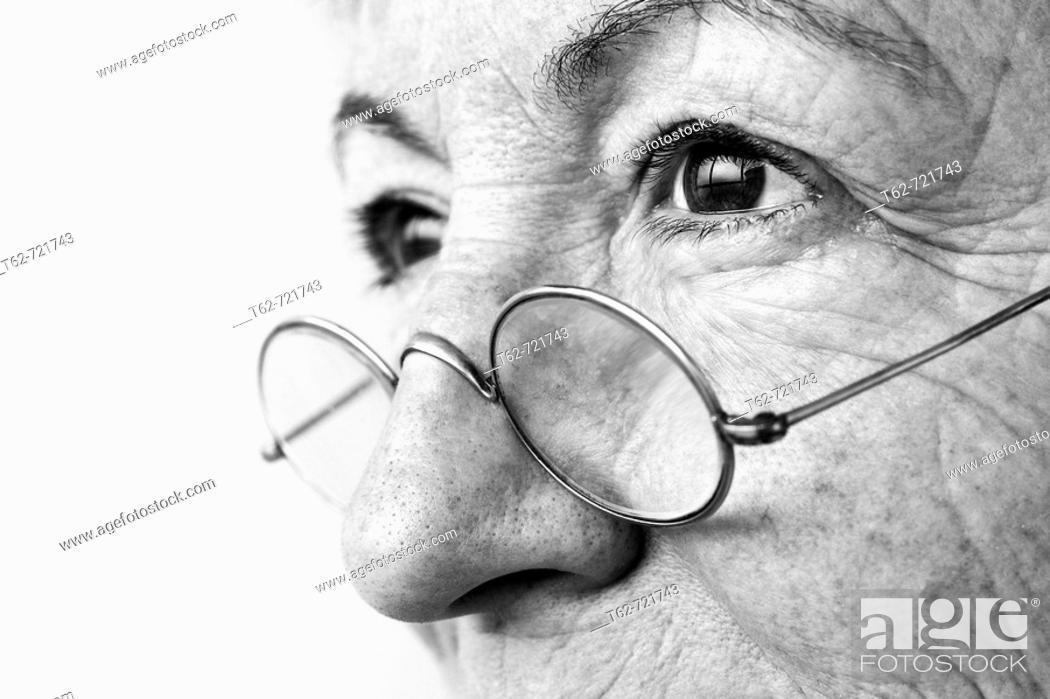 Photo de stock: Mujer con arrugas en el rostro.