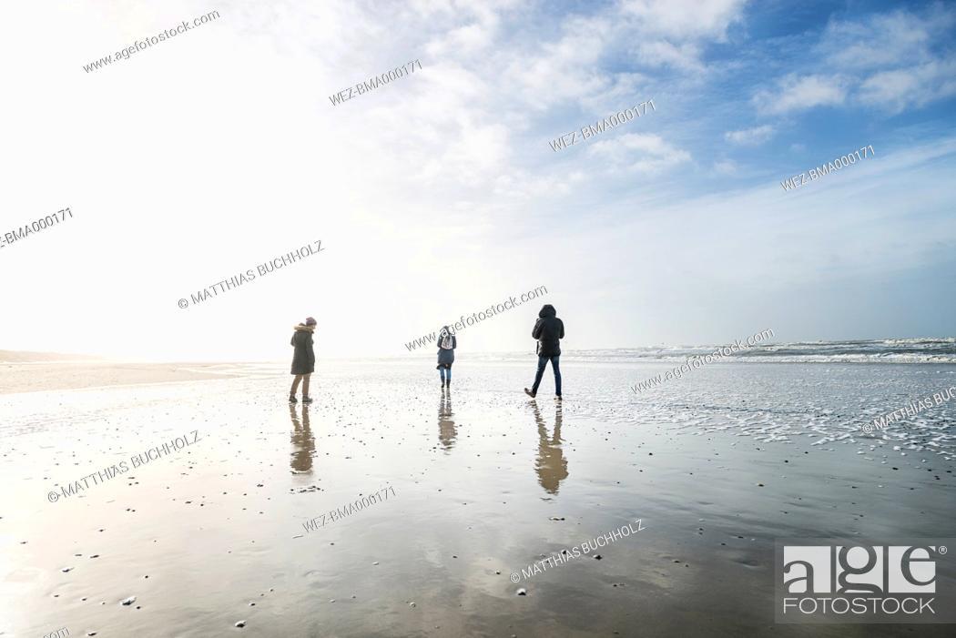 Imagen: Denmark, Henne Strand, People walking at the beach.
